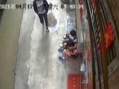 兩男子聯手在街上搶小孩手機,賣出40元,被捕時說以為搶小孩東西沒事