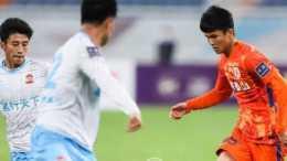 魯能16歲小將剛上場, 就遭兩名隊友孤立不給他傳球? 引發球迷熱議